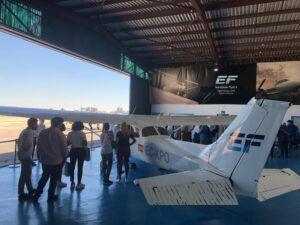 imagen de una avioneta con un instructor y potenciales alumnos para montarse dentro