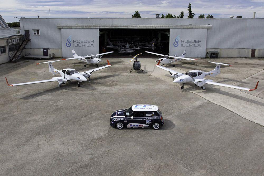 Aviones y mini Cooper en la base de Cuatro Vientos